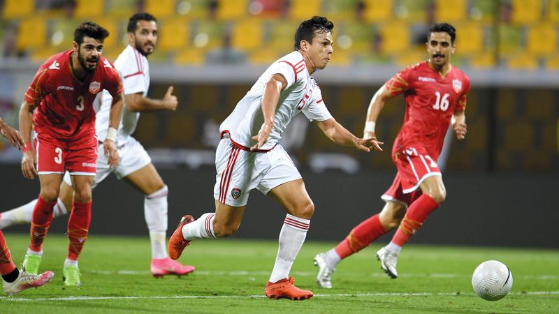 لاعب المنتخب الوطني ليما يندفع نحو مرمى البحرين بحثاً عن هدف. من المصدر