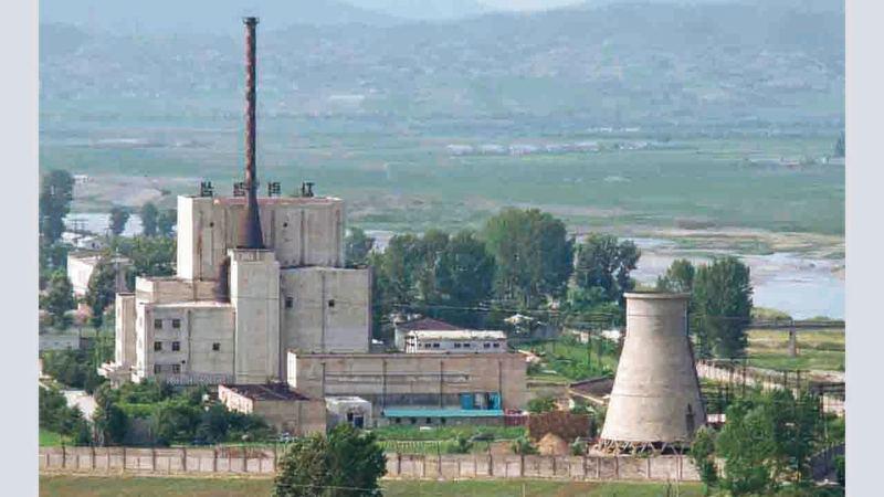 عرض كيم يونغ أون إغلاق مفاعل يونغبيونغ كبادرة حسن نية خلال قمته في هانوي مع ترامب.  أرشيفية