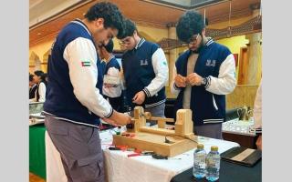 الصورة: 3 طلاب مواطنين يبتكرون آلة لصنع «التحف»
