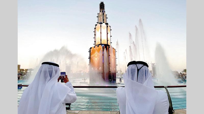 نافورة الإمارات استطاعت أن تجذب اهتمام الزوار بالعروض الموسيقية وعروض الليزر التي تقام كل نصف ساعة يومياً.   تصوير: إريك أرازاس