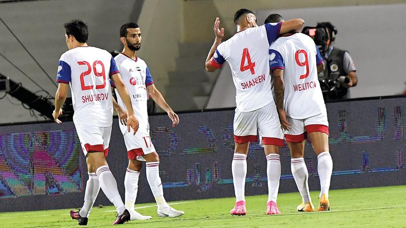 لاعبو الشارقة يحاولون تهدئة سواريز بعد واقعته مع تيغالي. تصوير: أسامة أبوغانم