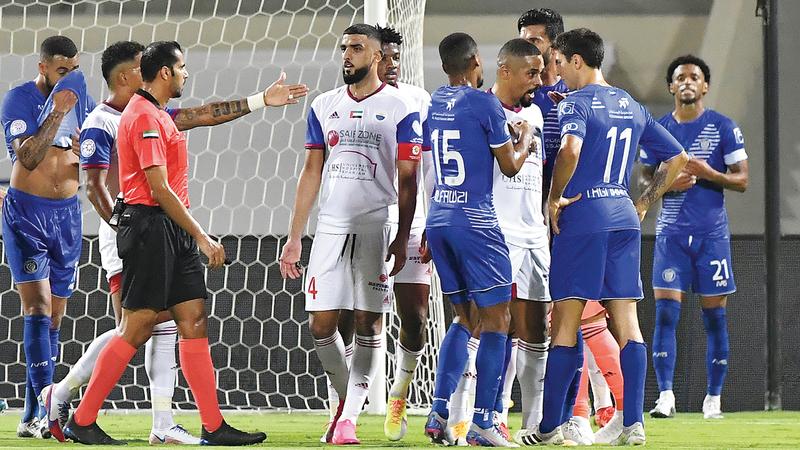 سواريز وتيغالي «يمين الصورة» في حالة غضب.. وحكم المباراة قريب من الواقعة.  تصوير: أسامة أبوغانم