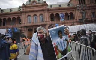 الصورة: بالفيديو.. الأرجنتينيون يلقون النظرة الأخيرة على جثمان مارادونا