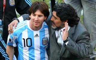 الصورة: مارادونا وميسي...نجمان متشابهان على ارض الملعب ومختلفان في الشخصية
