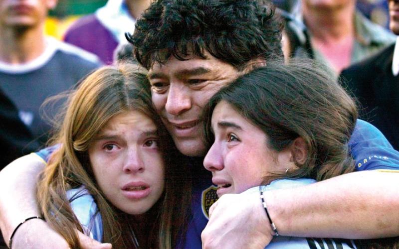 الصورة: بالفيديو.. موقف إنساني من مارادونا في آخر ظهور قبل وفاته