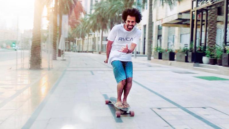 المواطن الشاب محمد رحمة من نجوم الإمارات في رياضة ركوب الأمواج.  من المصدر