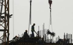 الصورة: تقرير: شركات قطر تسرق أجور العمال وتتركهم معدمين