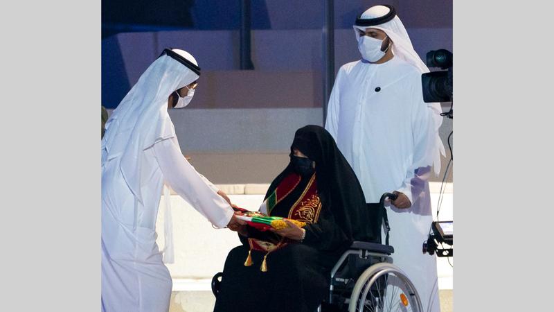 محمد بن راشد خلال مراسم تكريم ذوي شهداء وأسرهم.  وام