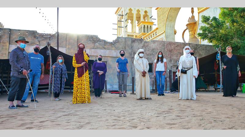 صورة جماعية للمشاركين في النسخة السابعة لرحلة الهجن في القرية التراثية.   من المصدر