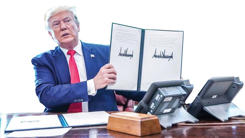 ترامب لحظة توقيعه على خطة «الضغط الأقصى» على إيران بعد انسحاب إدارته من الاتفاق النووي المبرم مع طهران.   غيتي