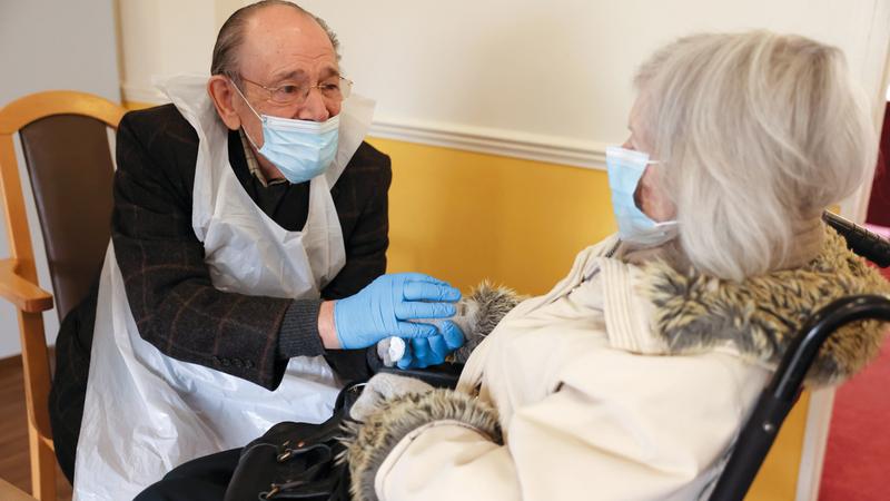 رجل يلتقي زوجته بعد السماح بالزيارات في مراكز رعاية المسنين بلندن.   رويترز