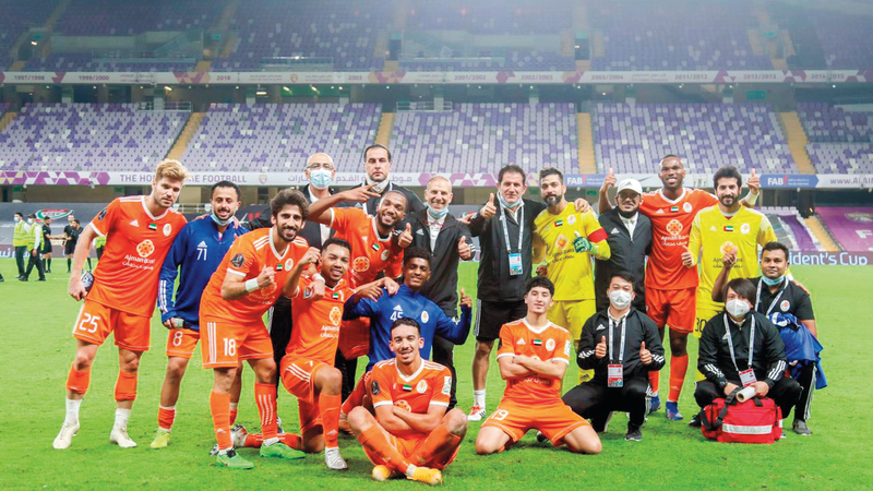 لاعبو عجمان يحتفلون بالتأهل وفوزٍ طال انتظاره على حساب فريق العين. ■ من المصدر