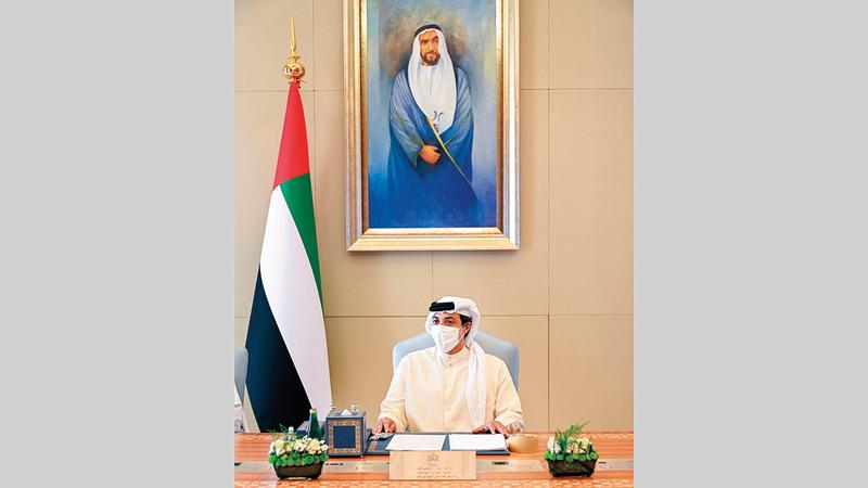 منصور بن زايد خلال ترؤسه اجتماع المجلس الوزاري للتنمية.   وام