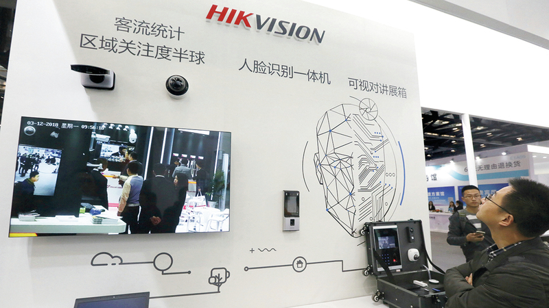 زوار يشاهدون كاميرات أمنية عالية الدقة تنتجها شركة «هايك فيشن تكنولوجي» بمركز المعارض الوطنية في العاصمة بكين.  رويترز - أرشيفية