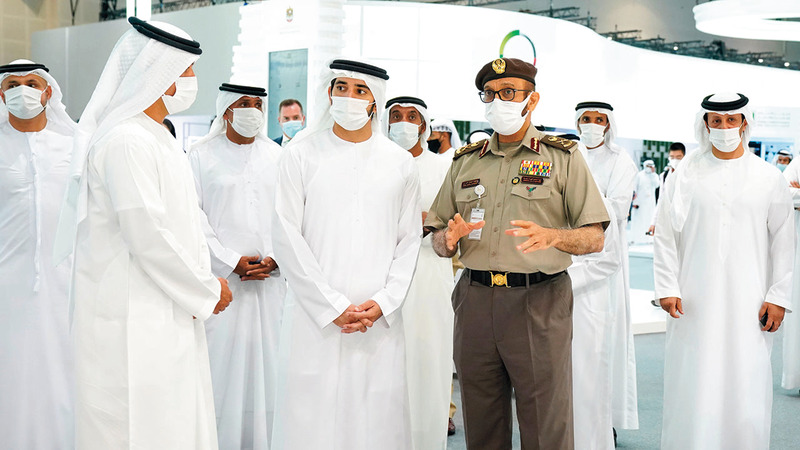 حمدان بن محمد خلال جولته في أجنحة الدول والشركات العالمية والمحلية المشاركة في «أسبوع جيتكس للتقنية 2020». وام