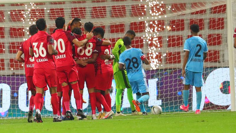 لاعبو شباب الأهلي يحتفلون أمام مرمى حتا.  الإمارات اليوم