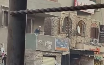 """الصورة: ثري مصري يلقي أمواله من """"البلكونة"""" !"""