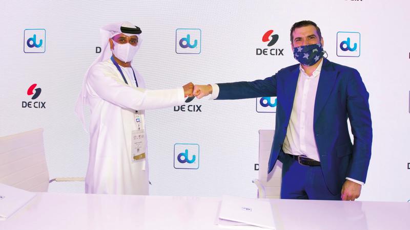 الحساوي (يسار) عقب توقيع العقد مع شركة «دي-سي آي إكس».    من المصدر