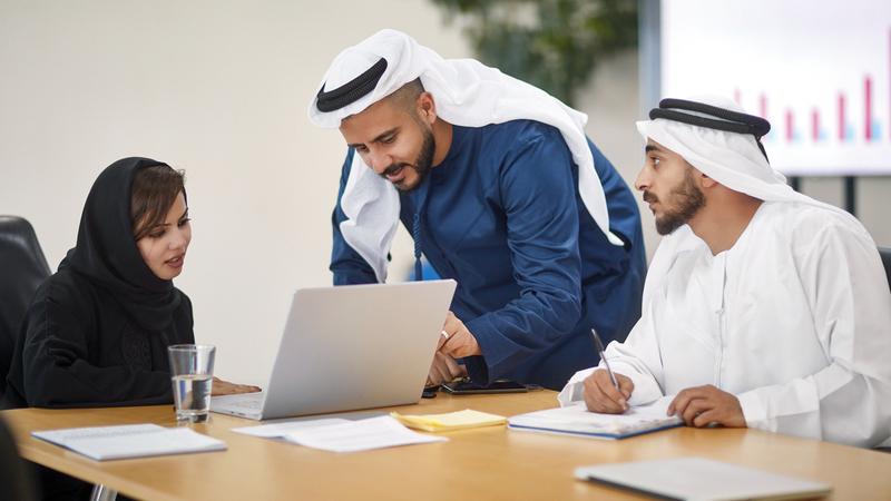 العمل الجماعي يسهم في تحسين الكفاءة والإنتاجية عند دمج استراتيجياته.  من المصدر