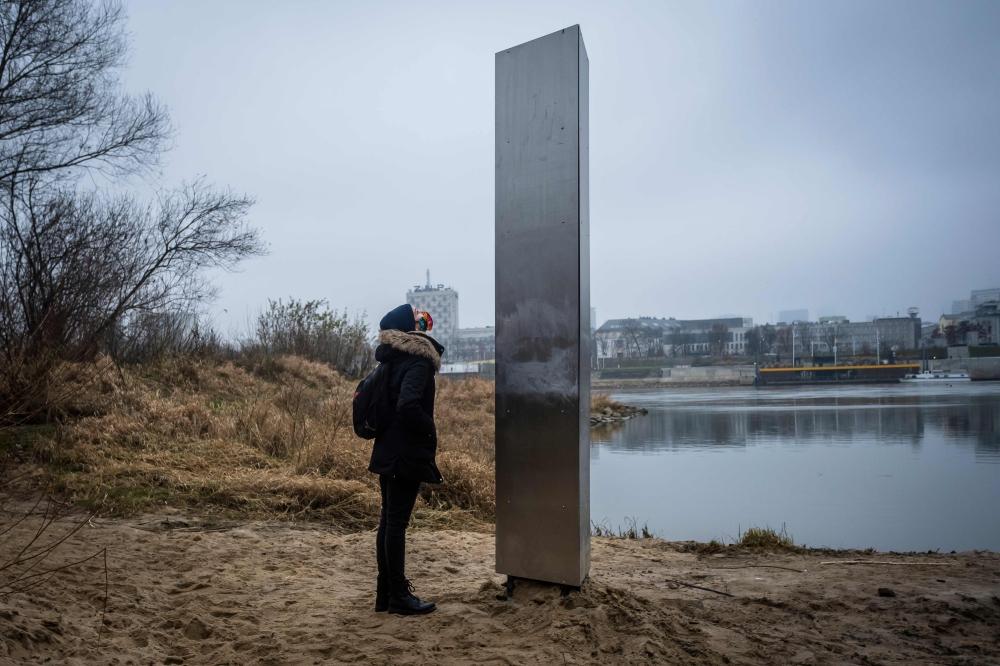 المسلة ظهرت في محيط نهر فيستولا في العاصمة البولندية. أ.ف.ب