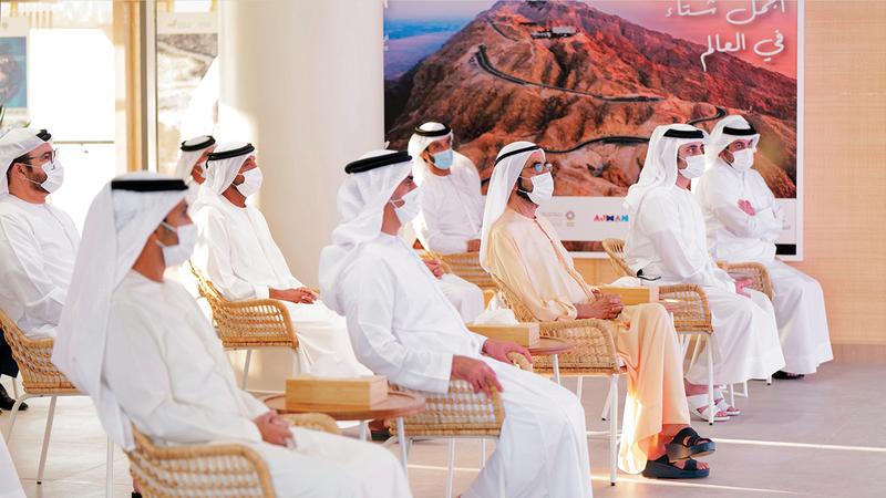 محمد بن راشد خلال فعالية خاصة عُقدت بمحمية المرموم استعرض خلالها مستهدفات استراتيجية السياحة الداخلية.   وام