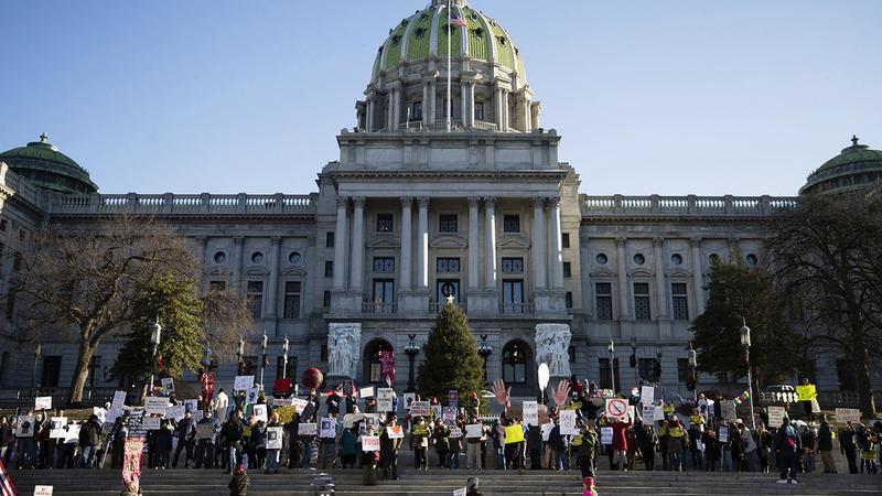 صورة أرشيفية تعود إلى 19 ديسمبر 2016: ديمقراطيون في بنسلفانيا يحتجون على تصويت المجمع الانتخابي لمصلحة ترامب.  أ.ب