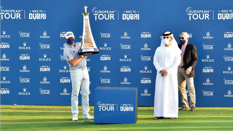 منصور بن محمد خلال حضوره تتويج لي ويستوود بلقب «السباق إلى دبي».   الإمارات اليوم