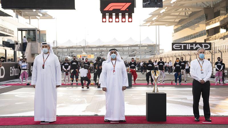 سيف بن زايد أثناء حضوره منافسات «جائزة الاتحاد للطيران الكبرى للفورمولا1».  وام