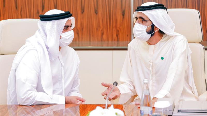 محمد بن راشد متحدثاً إلى سيف بن زايد خلال الاجتماع.   وام