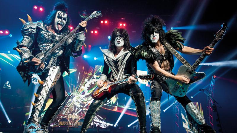 فرقة (KISS) الأميركية لموسيقى الروك تحيي حفلاً في دبي.  من المصدر