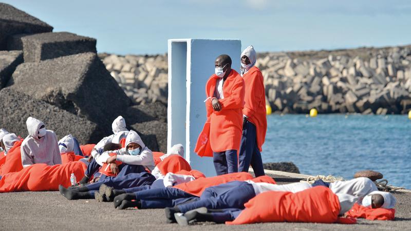 مهاجرون من إفريقيا يصلون إلى جزر الكناري في إسبانيا.   إي.بي.إيه