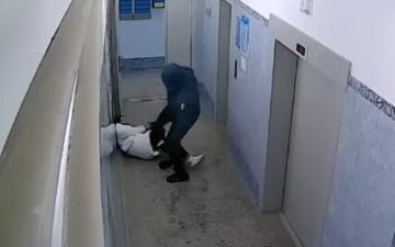 الصورة: بالفيديو.. رجل يضرب فتاة بوحشية والشرطة الروسية تبحث عنه