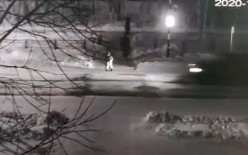 الصورة: انشغلت أخته بالهاتف.. كاميرا توثق دهس طفل روسي تحت عجلات سيارة
