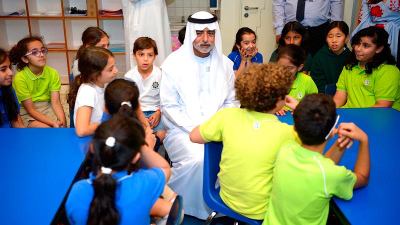 نهيان بن مبارك يتفقد إحدى فعاليات مبادرة «العربية لغة التسامح» في إحدى مدارس أبوظبي. أرشيفية
