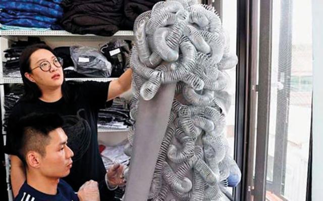 الصورة: موضة تايوانية: أسلاك ومسامير في الفساتين