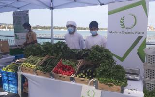 الصورة: طلاب مواطنون من المدرسة الإماراتية يقضون إجازة الشتاء في تسويق الخضراوات