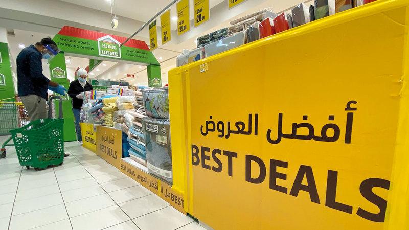 المستهلكون مطالبون بالتحقق من الأسعار في منافذ البيع المختلفة.   تصوير: إريك أرازاس