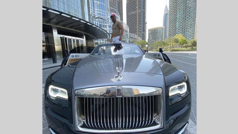 المتهم يعرض صوره على «إنستغرام» مستقلاً سيارة فارهة.    من المصدر