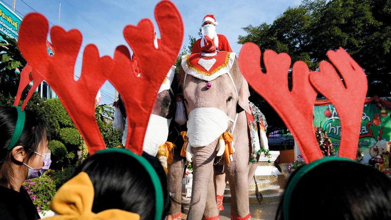 دُمى وأجواء معبّرة عن عيد الميلاد في تايلاند.   رويترز
