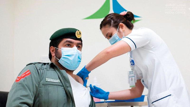 عادل شكرالله أحد أوائل الحاصلين على اللقاح ضمن الفئة ذاتها.   من المصدر