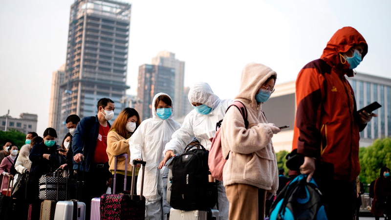 أشخاص يغادرون مدينة ووهان بعد اكتشاف فيروس كورونا. أ.ف.ب