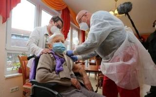 """الصورة: أول لقاح مضاد لـ """"كورونا"""" في ألمانيا تلقته """"عجوز"""" عمرها أكثر من 100 عام"""