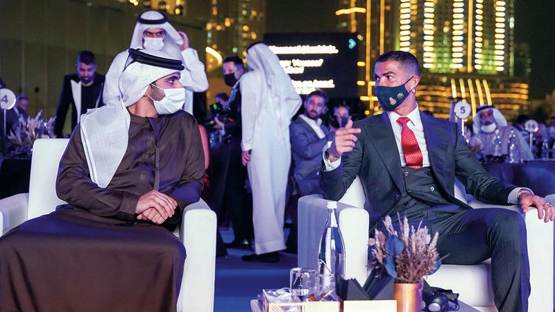 منصور بن محمد في حديث مع كريستيانو رونالدو. الإمارات اليوم