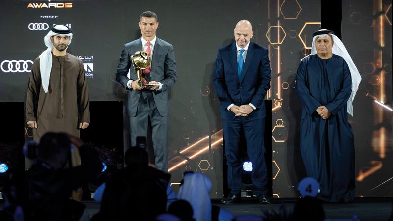 منصور بن محمد خلال تتويج رونالدو بجائزة لاعب القرن بحضور الطاير وإنفانتينو. من المصدر