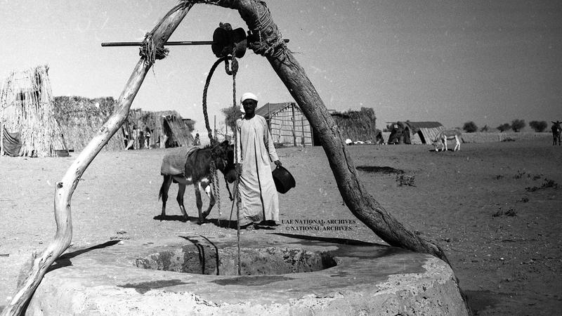 بئر مياه تقليدية في مدينة العين (الطوي) 1968.                  الأرشيف الوطني