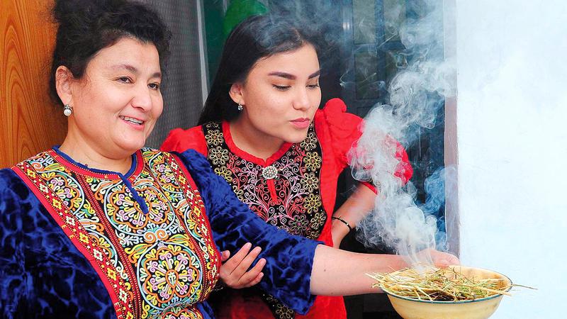 بخور نبتة الحرمل يشهد رواجاً متنامياً بفعل الوباء في تركمانستان.  أرشيفية