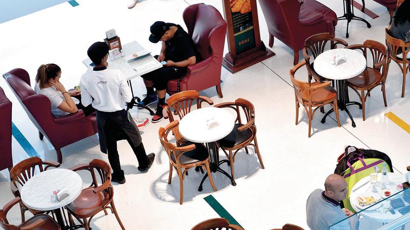 المطاعم شهدت حركة نشطة مع زيادة الحركة في المراكز التجارية. تصوير: باتريك كاستيلو