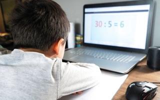 الصورة: 30 دقيقة اليوم الدراسي عن بُعد لرياض الأطفال في الفجيرة