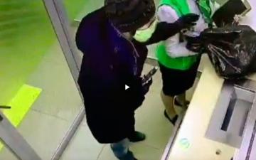الصورة: بالفيديو.. مسلح يسرق مليون روبل روسي من بنك