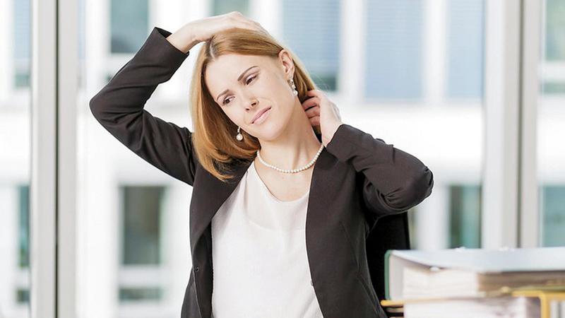 ينبغي ألا يظل الموظف على وضعية الجلوس نفسها لساعات طويلة. ■ د.ب.أ